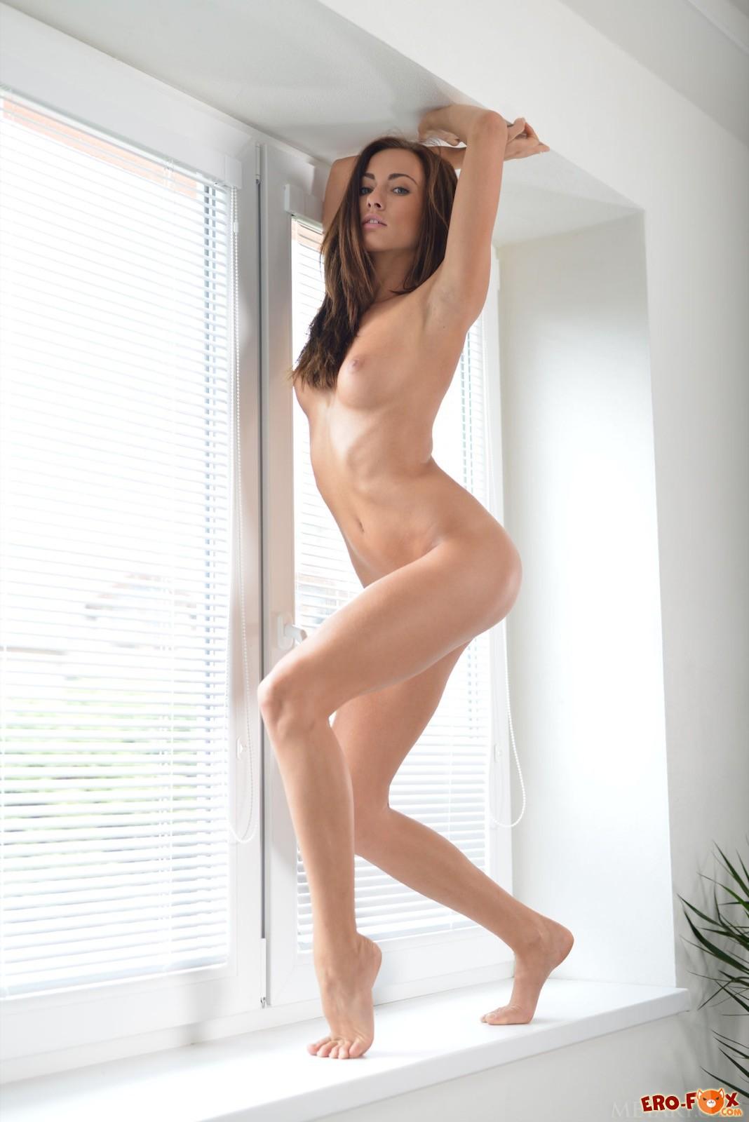 Сексуальная девка сняла трусики сидя на подоконнике