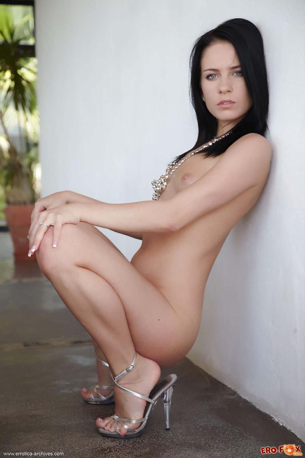 Брюнетка с голой попой и маленькой грудью в туфлях
