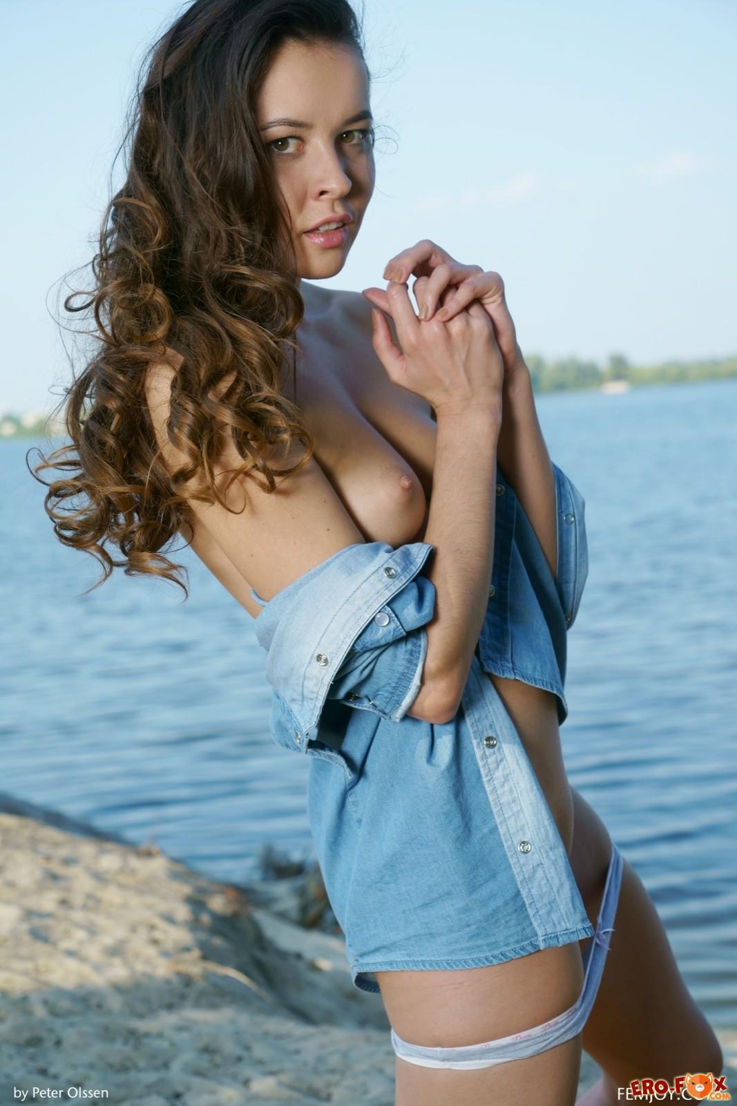 Девушка в рубашке оголила бритую киску на пляже