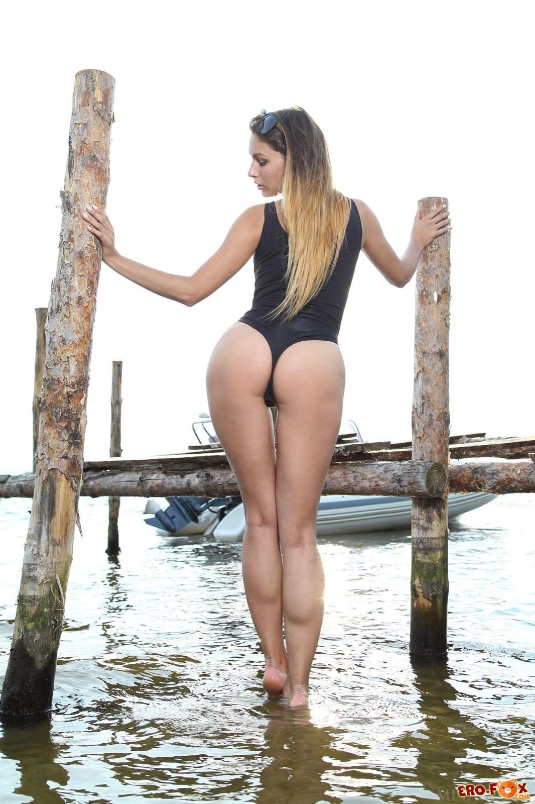 Сексапильная девушка в купальнике показала письку