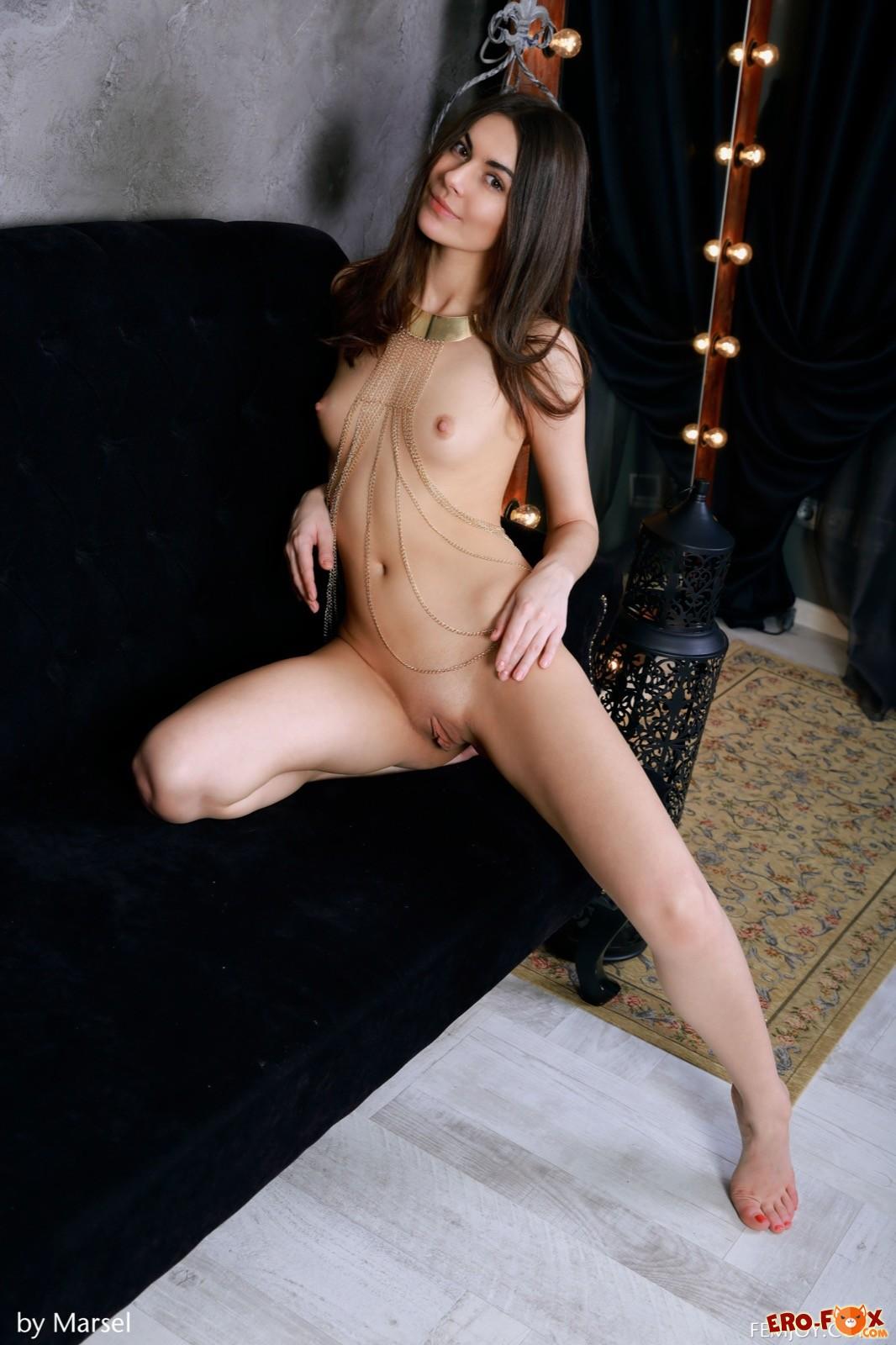 Красивая девушка с маленькой грудью .