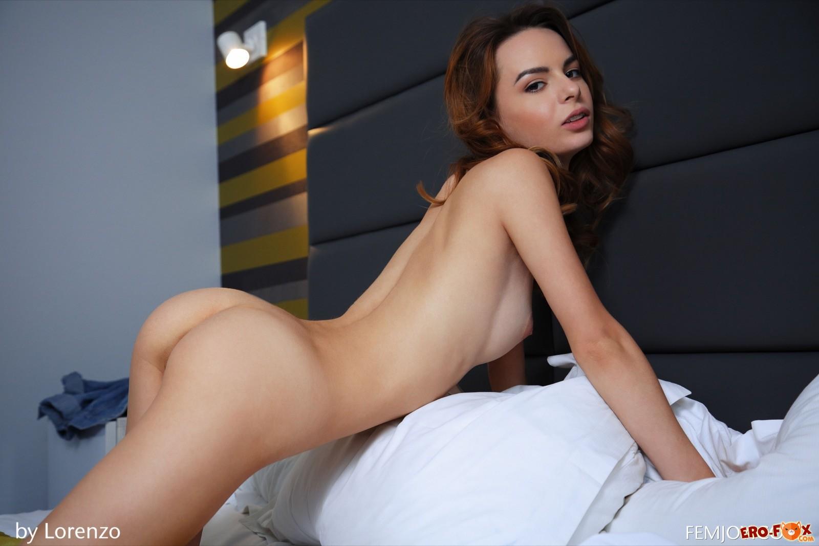 Красивое голое тело стройной девушки в постели