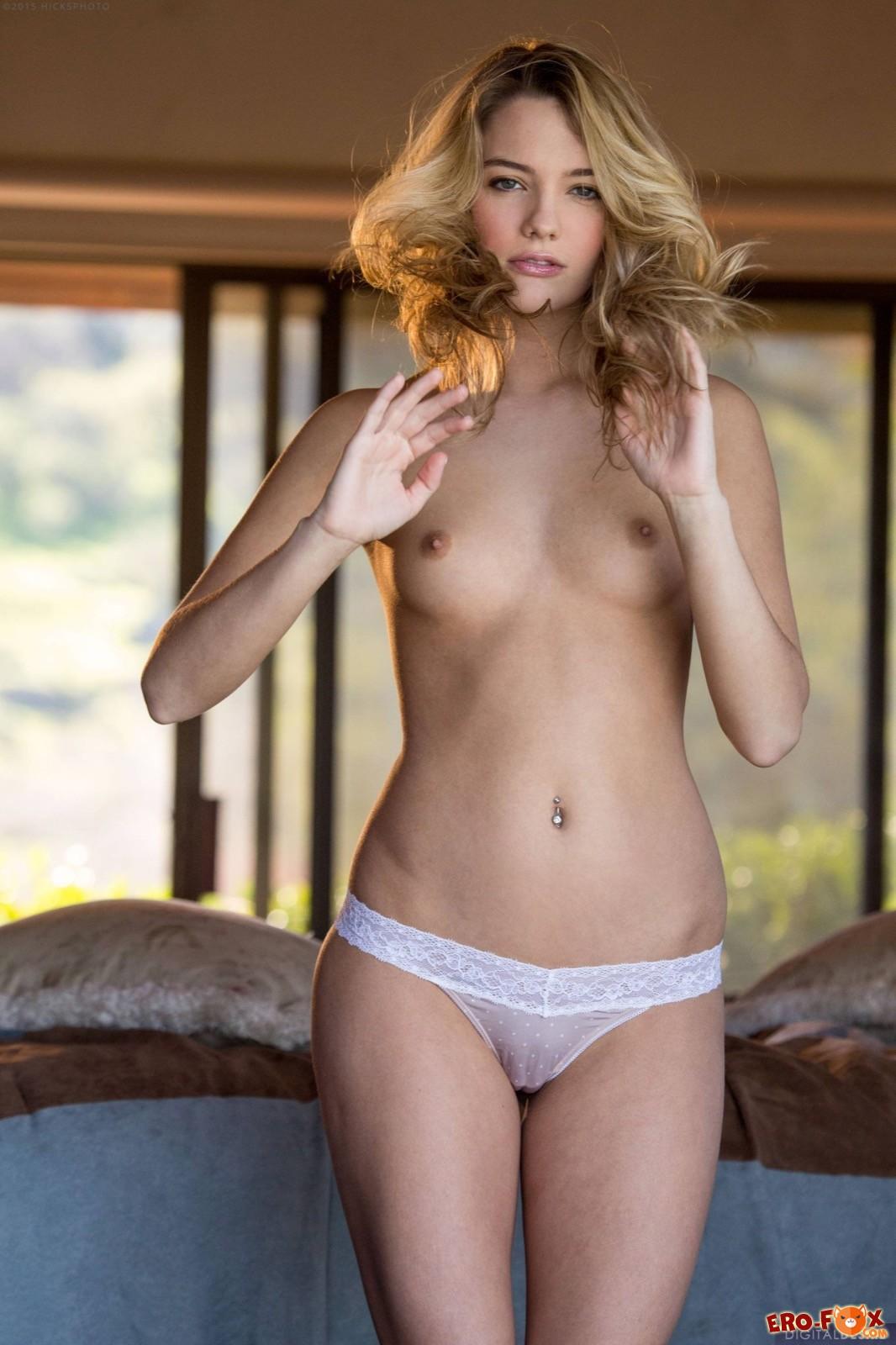 Красивая блондинка снимает белые трусики