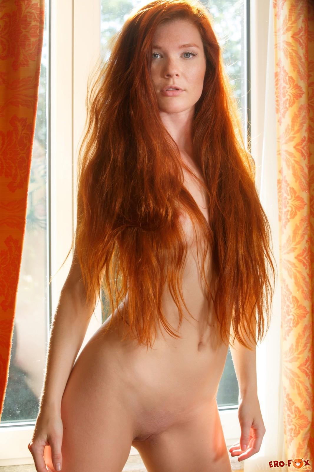 Голая рыжеволосая девушка с сексуальным телом