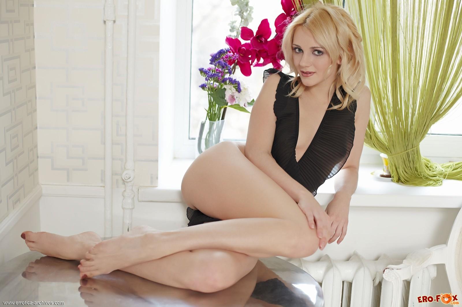 Очень сексуальная блондинка без трусов