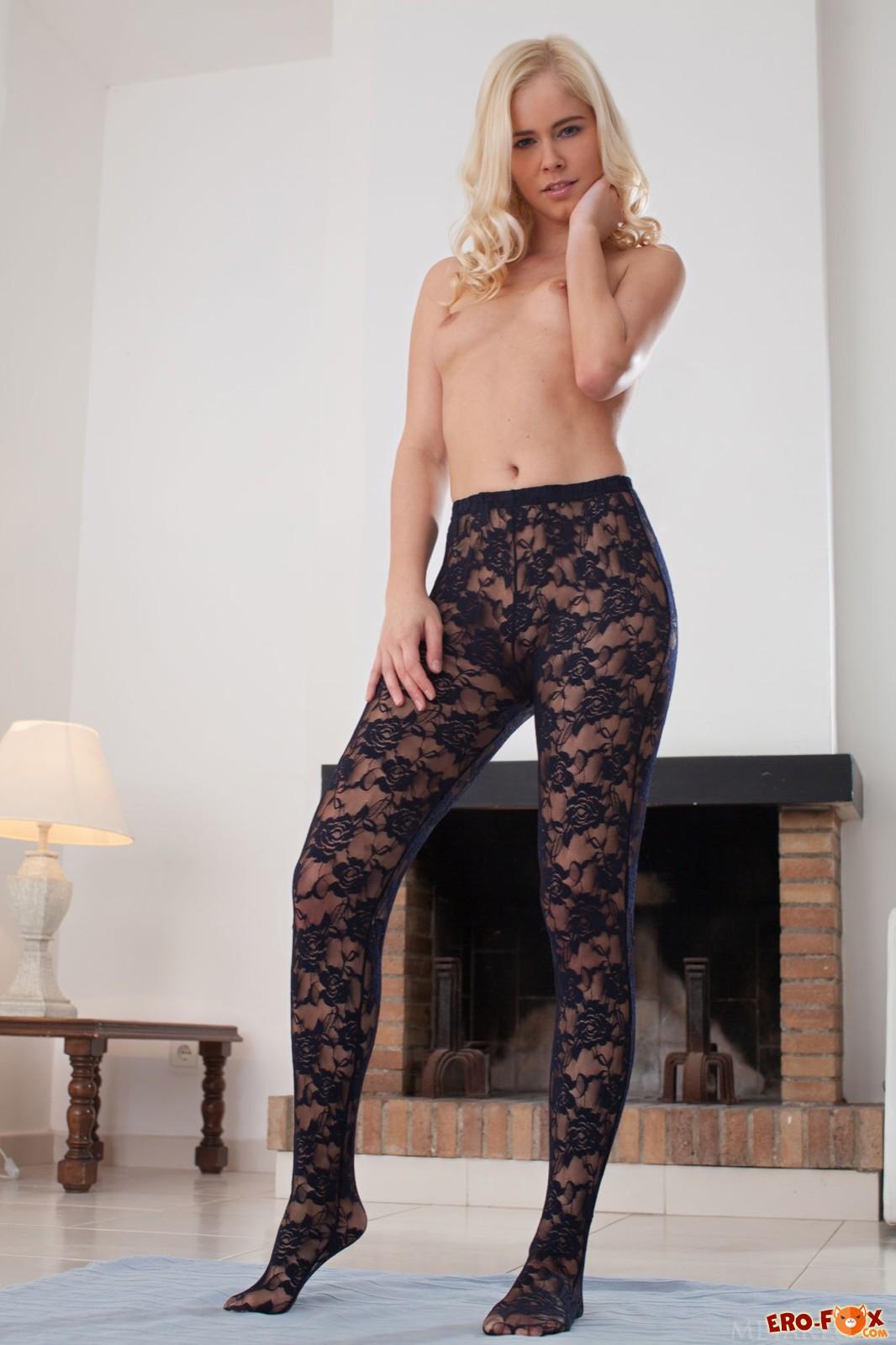 Блондинка в колготках на голое тело .