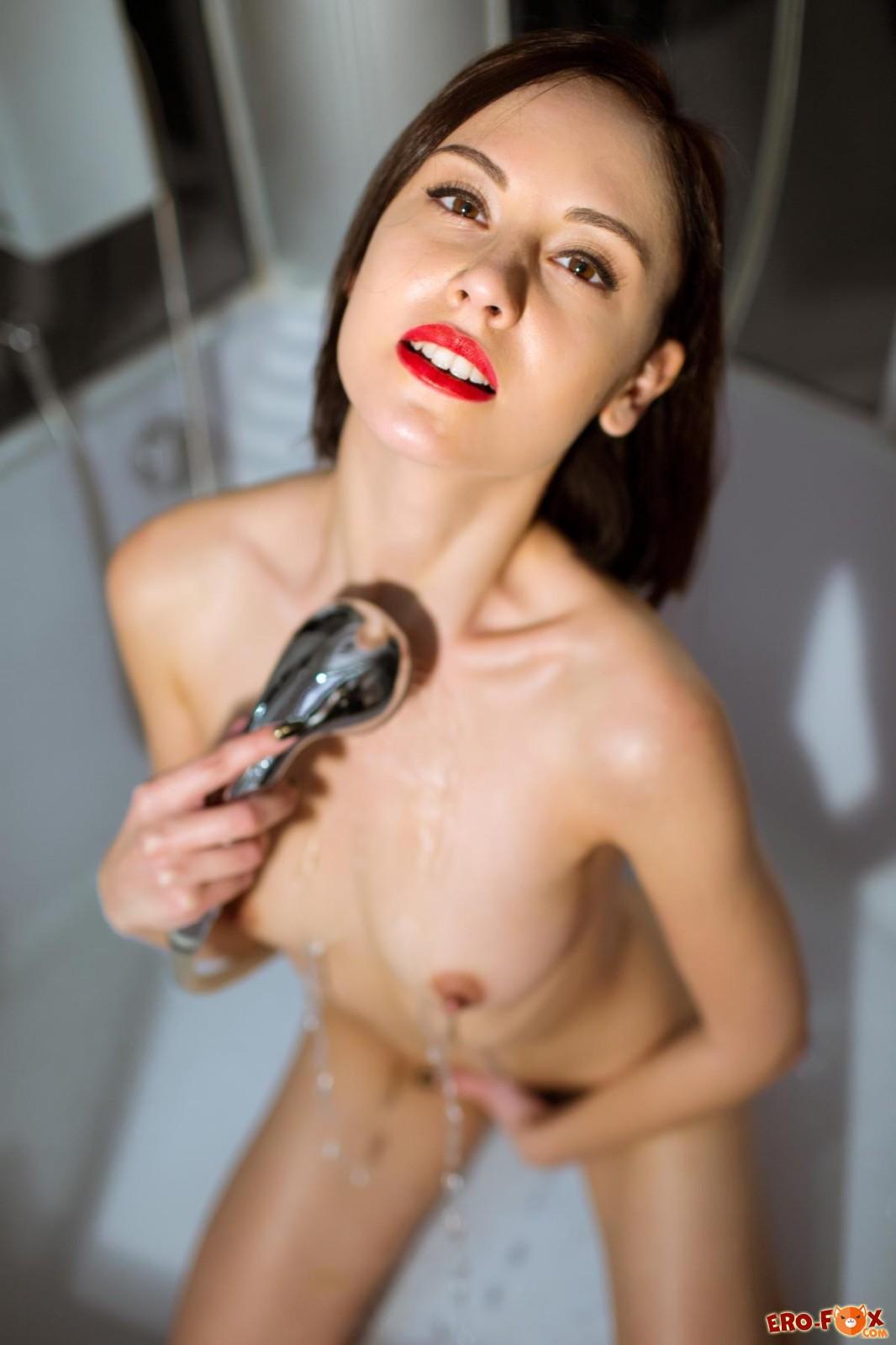 Девушка моет маленькую грудь и киску в душе