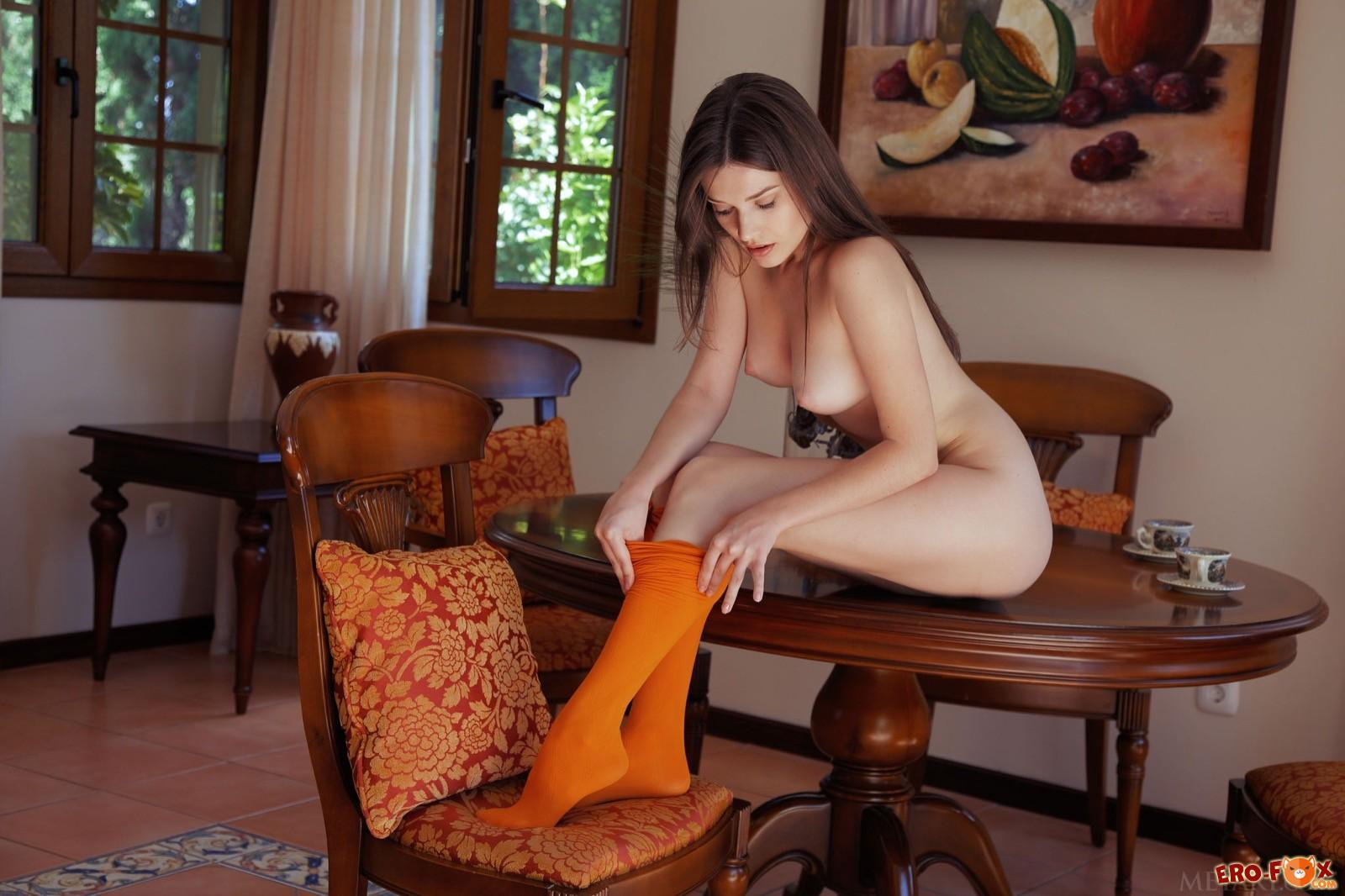 Красивое упругое тело голой девушки