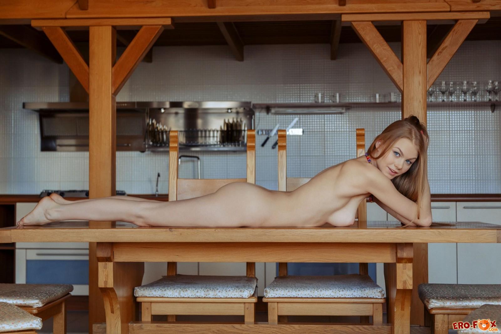 Голая блондинка лежит на столе
