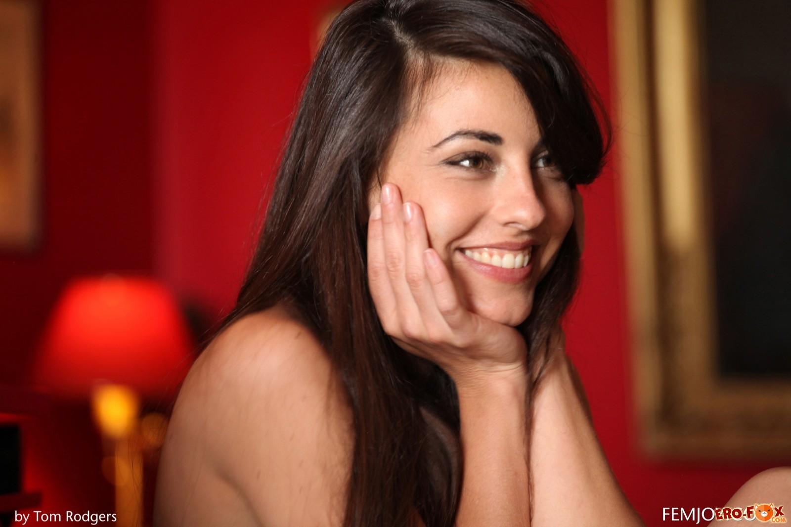 Девушка без трусиков показывает раком красивую попу