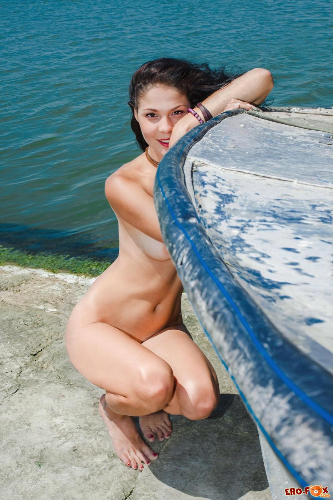 Сексуальная голая брюнетка на фоне моря