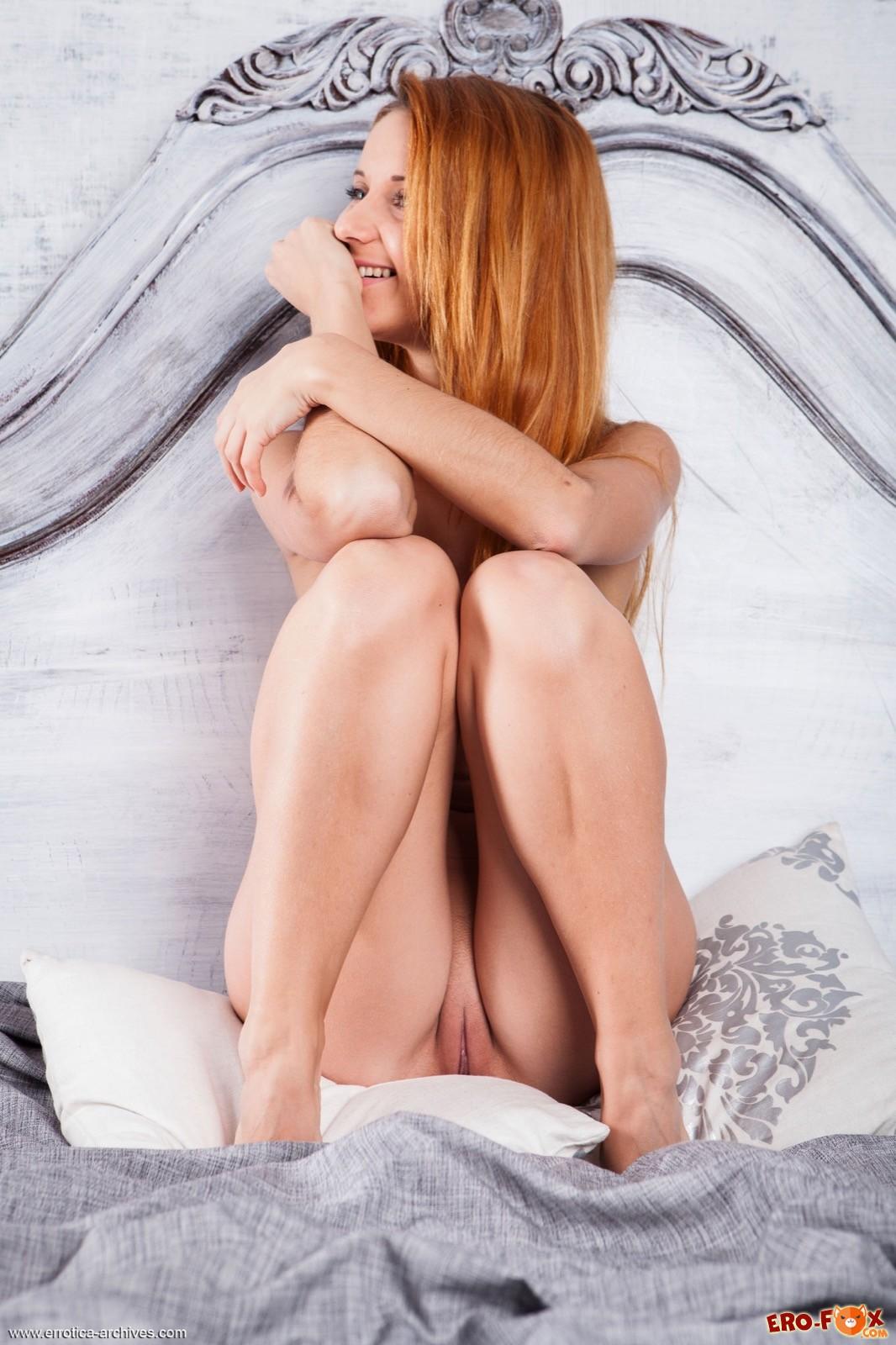 Голая рыжая девушка с бритой писькой