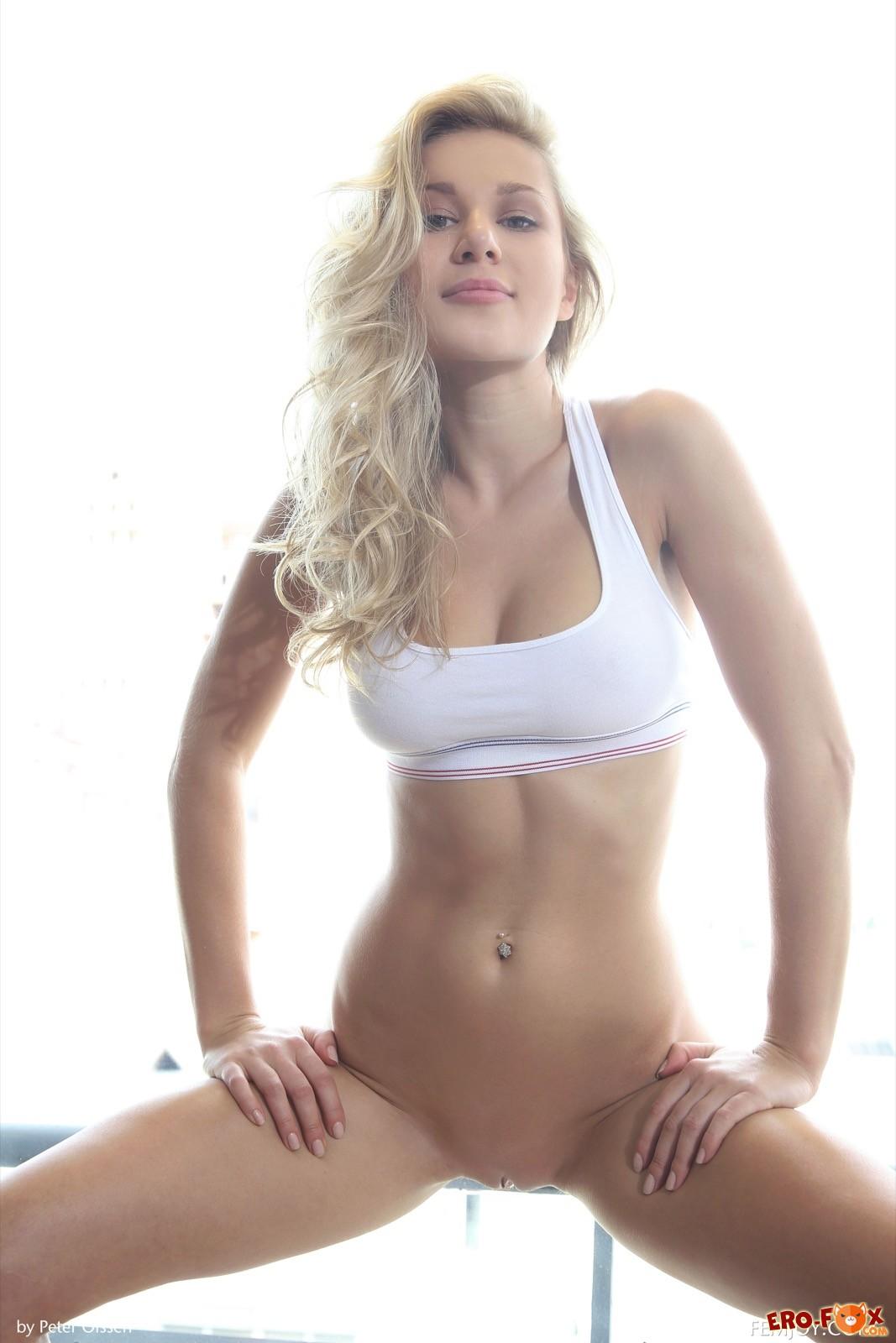 Грудастая блондинка со спортивной фигурой