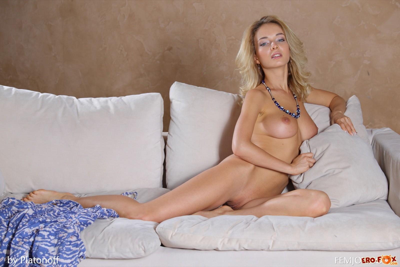 Блондинка сняла платье и показала грудь