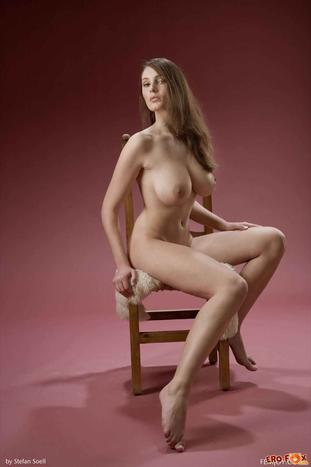 Голая девушка с огромной красивой грудью