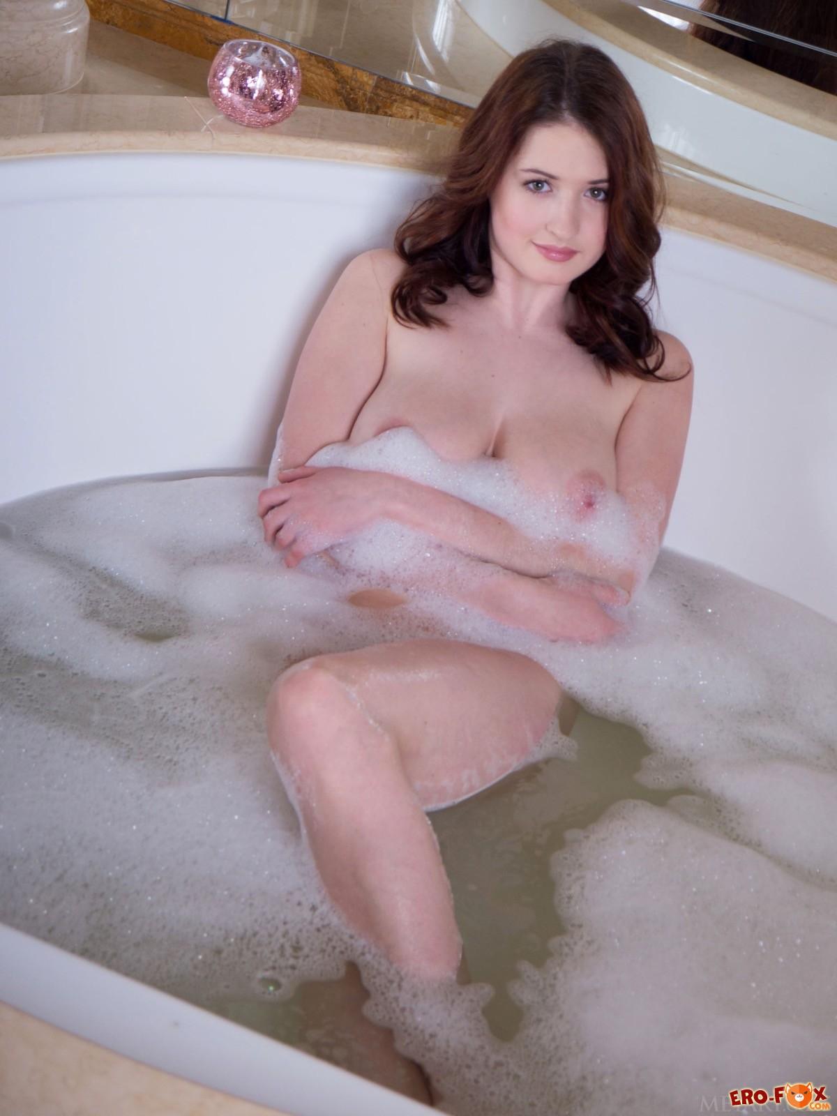 Девушка моет большие сиськи в ванной