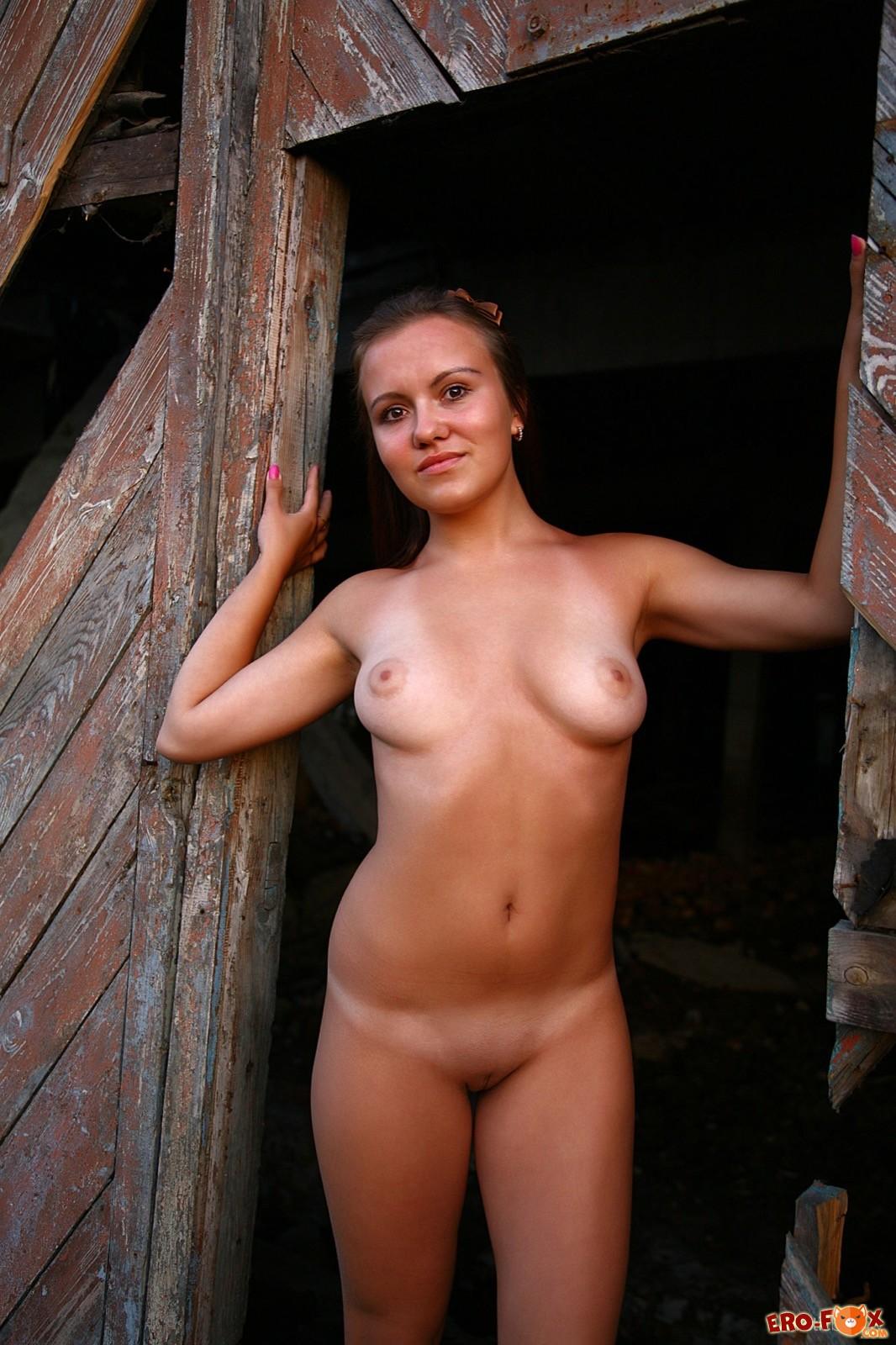Голая доярка на старой ферме - эротика