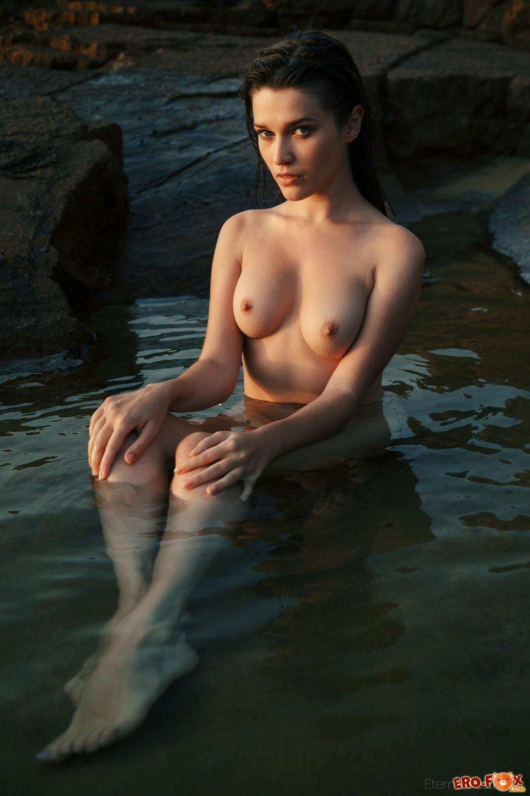 Обнажённая купается