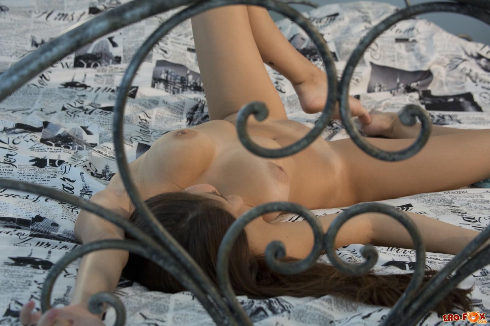Девушка на кровати сняла нижнее бельё