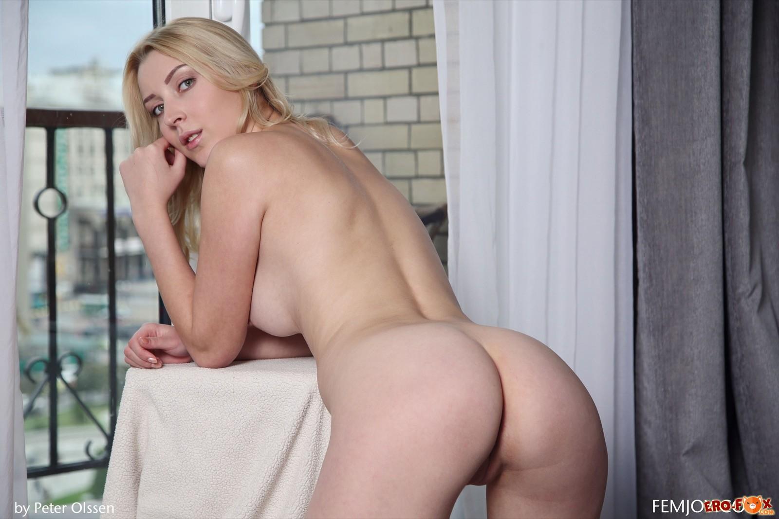 Блондинка со стройной фигурой оголяется у окна