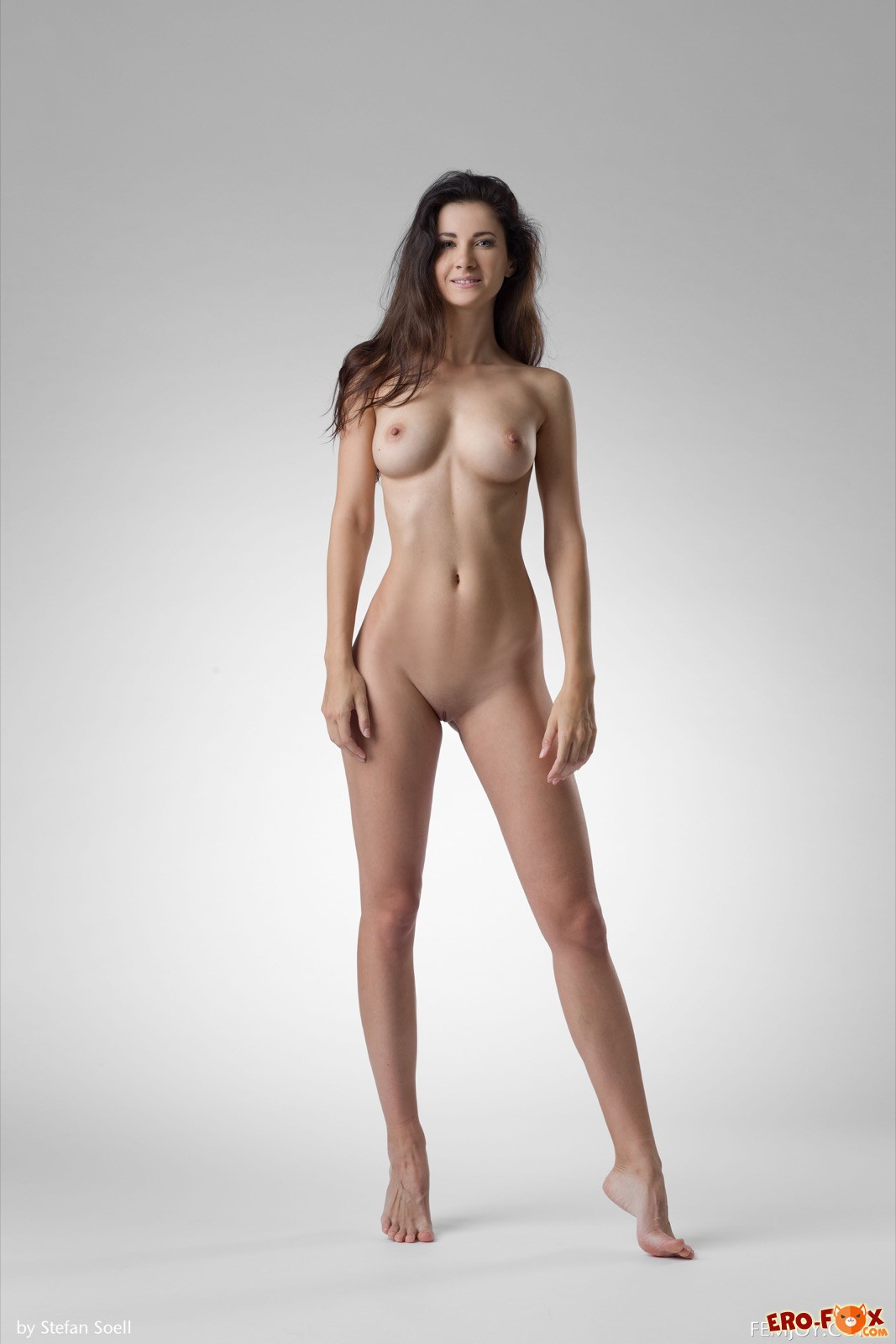 Голая красавица показывает сексуальное тело