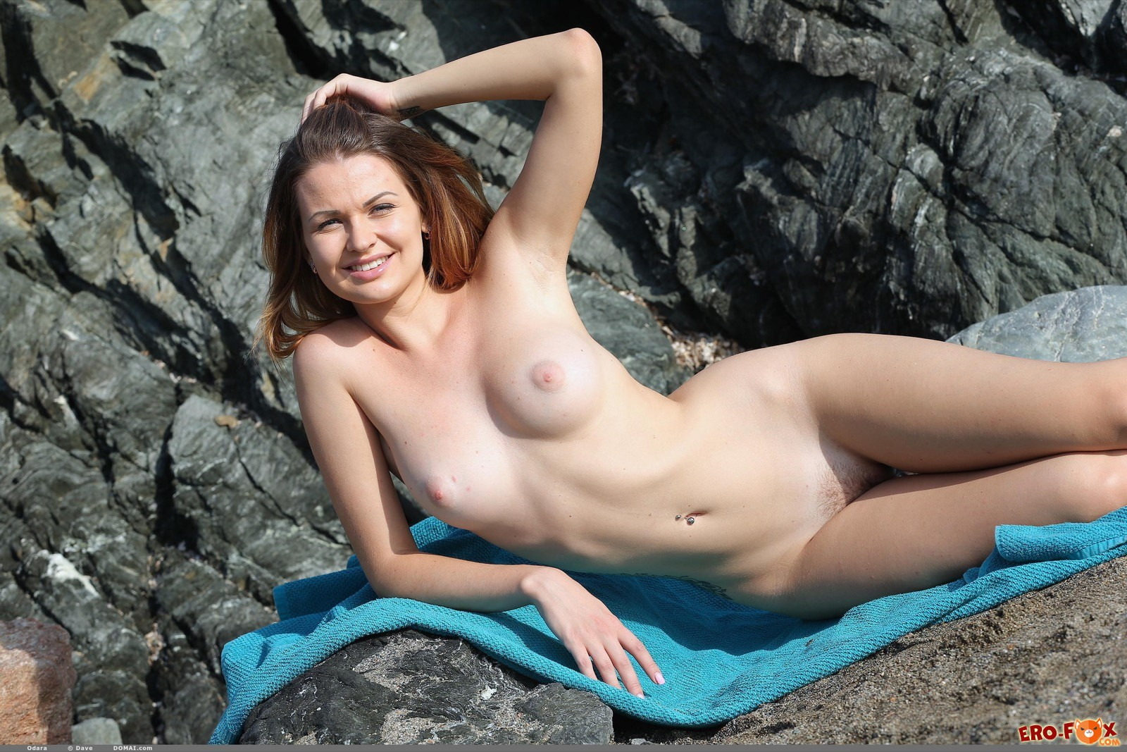 Раздевание от сексуальной девушки на природе