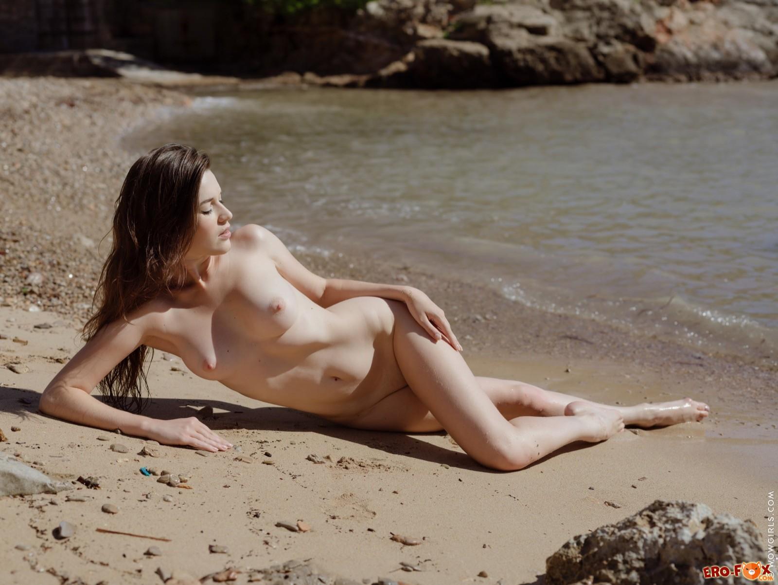 Привлекательная девушка сняла купальник на пляже