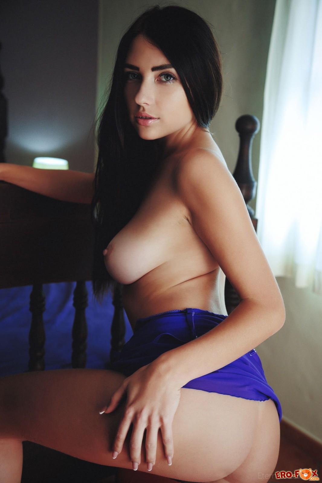 Девушка в ночнушке оголила грудь