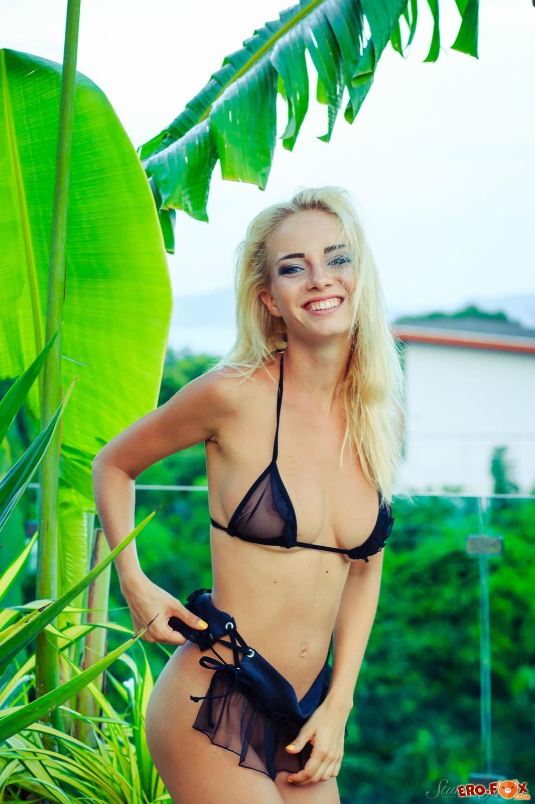 Блондинка с упругой грудью эротично сняла бельё