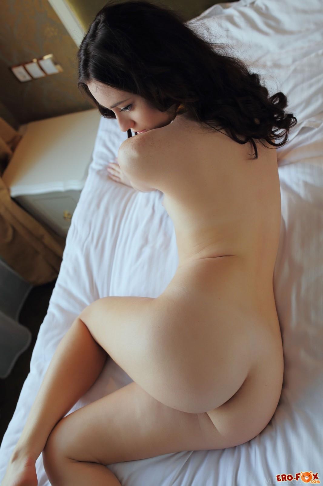 Красотка без трусиков позирует в постели