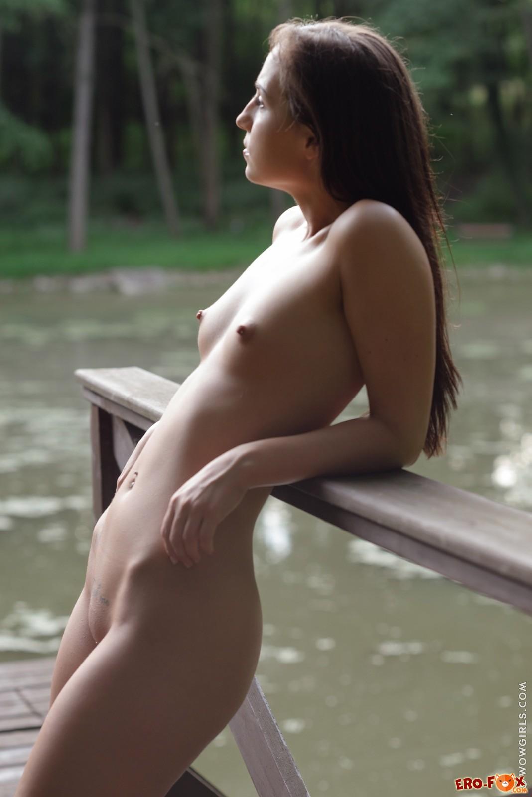 Девушка разделась в лесу у озера