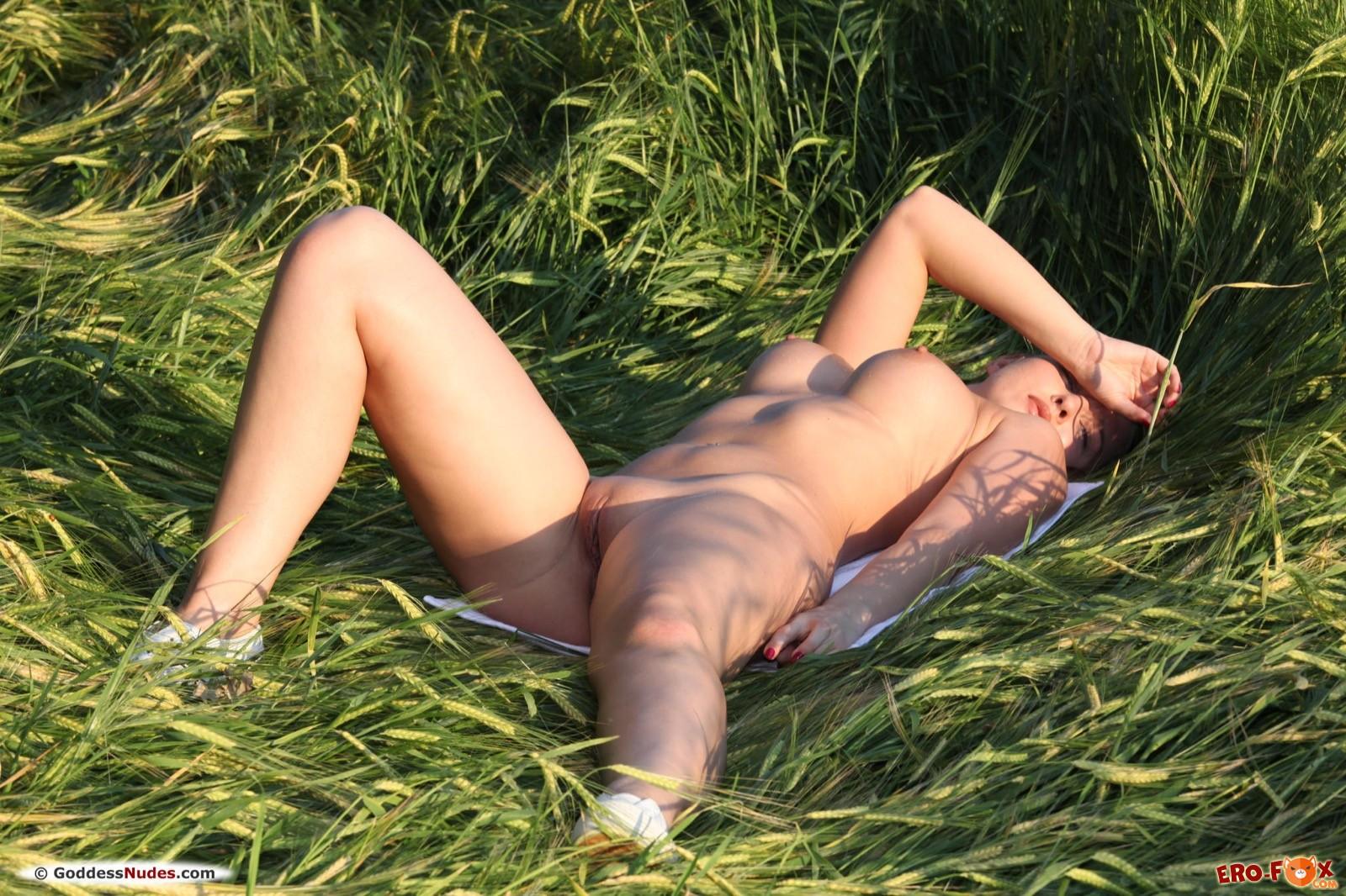 Девушка с пышными сиськами и большой жопой