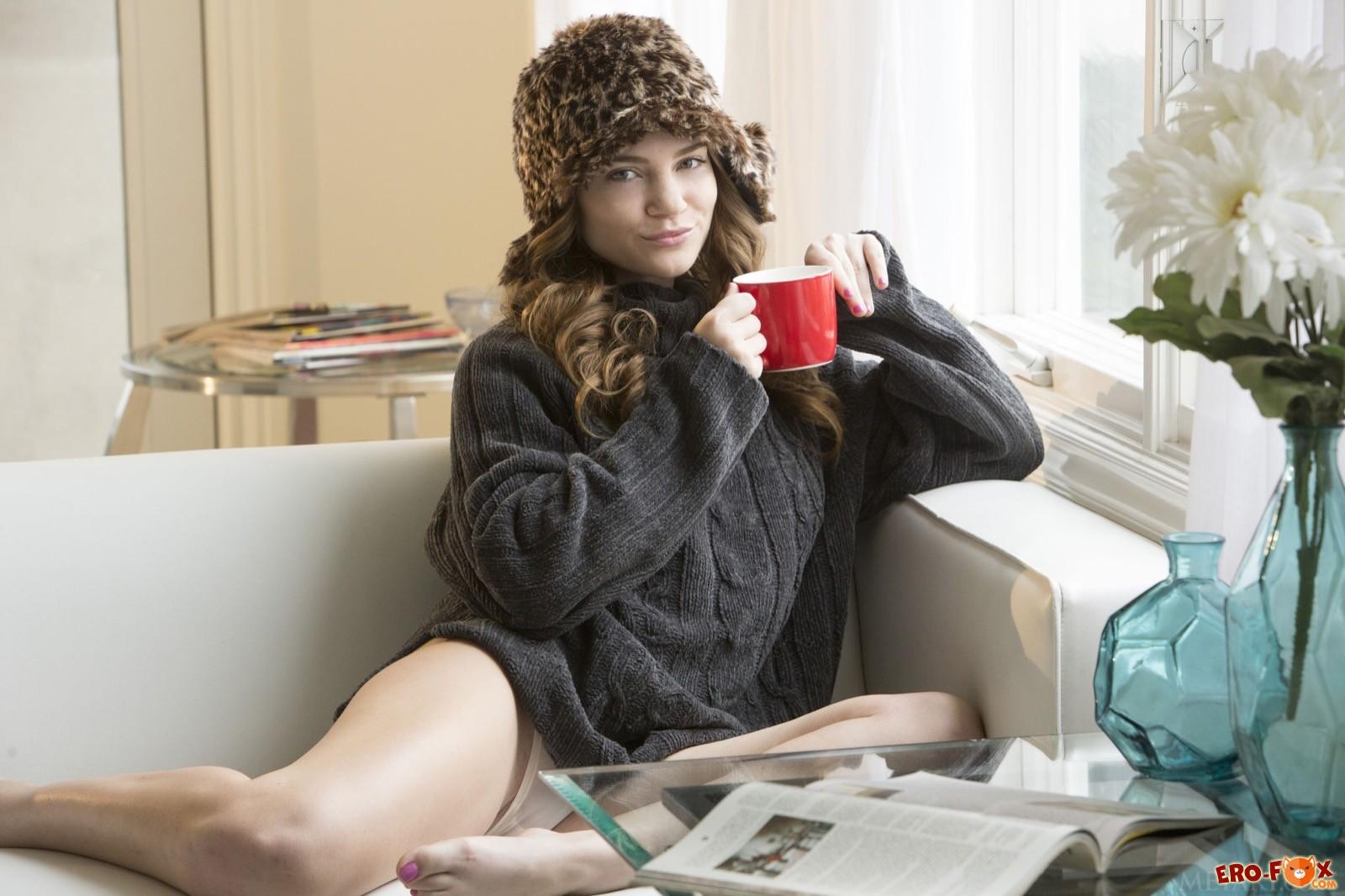 Голая девушка в шапке