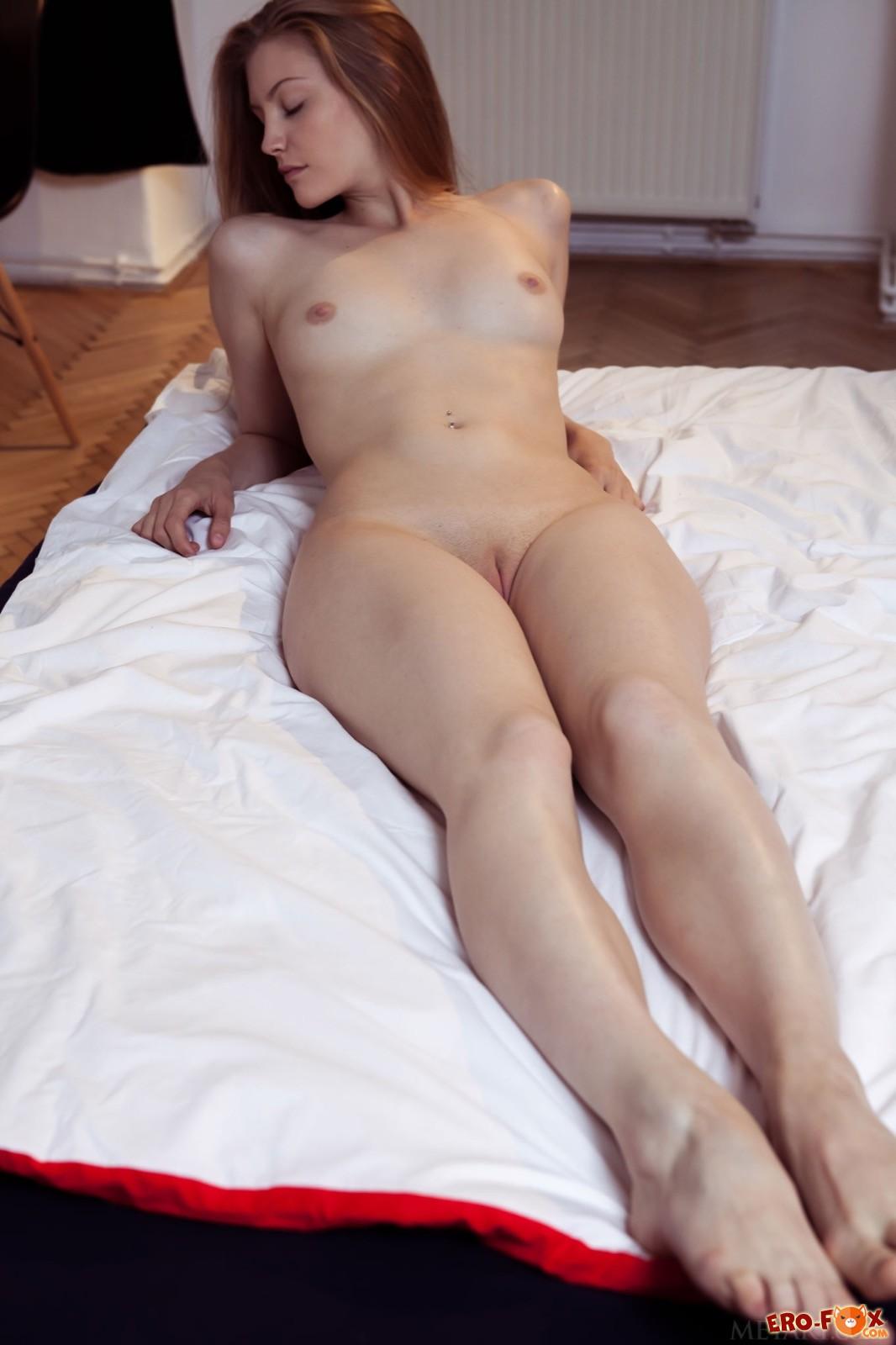 Красивая девица оголила упругую сексуальную попку