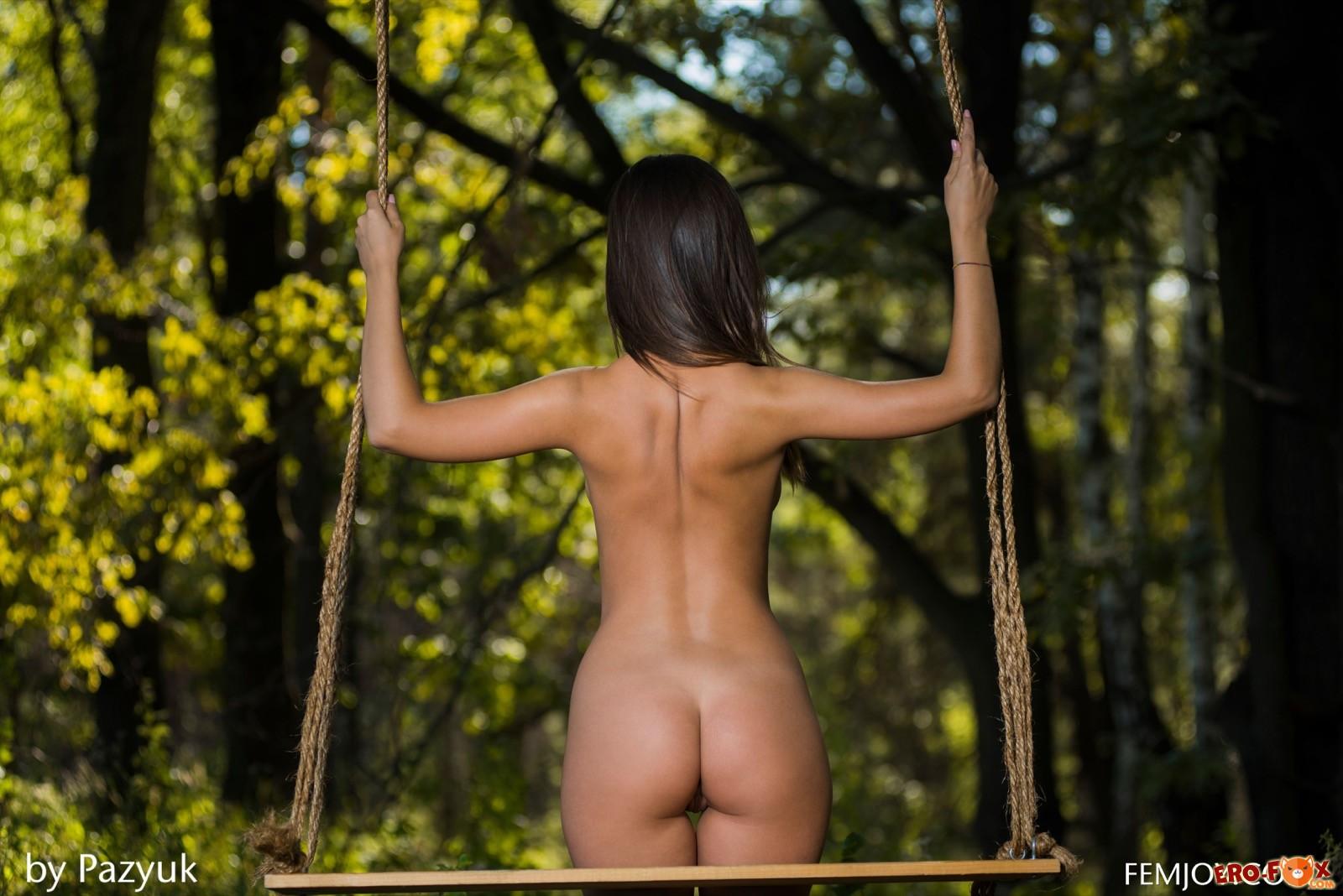 Самая красивая голая попа брюнетки в лесу