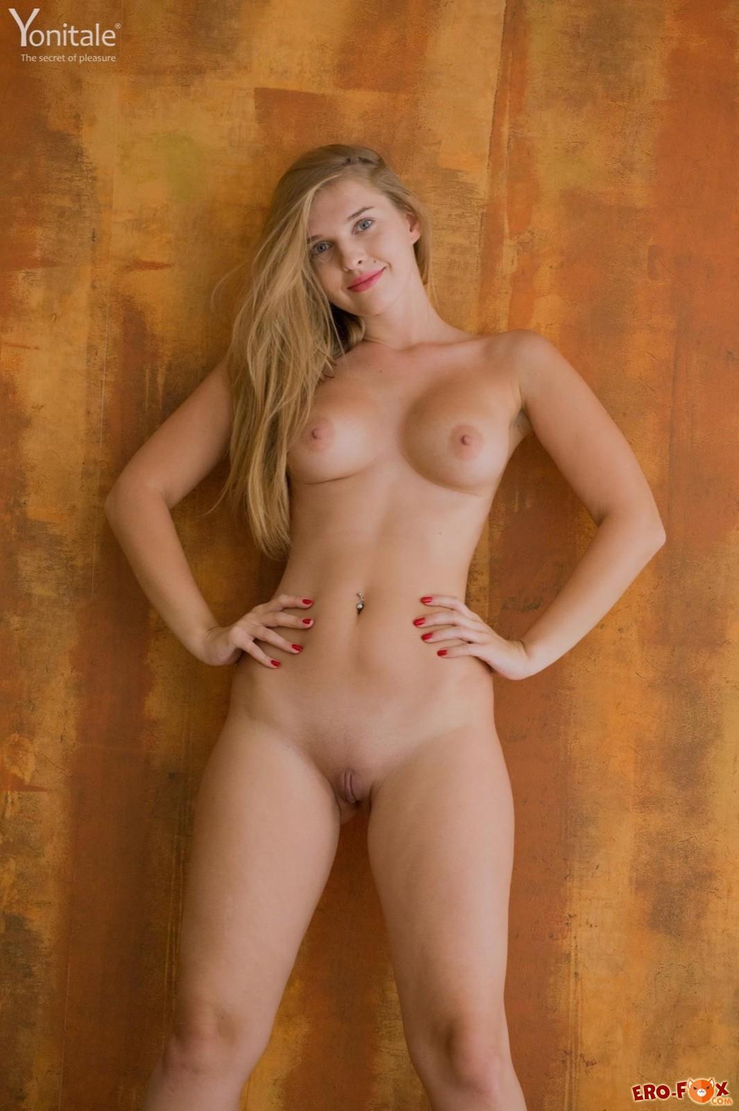 Голая девка с большими бёдрами