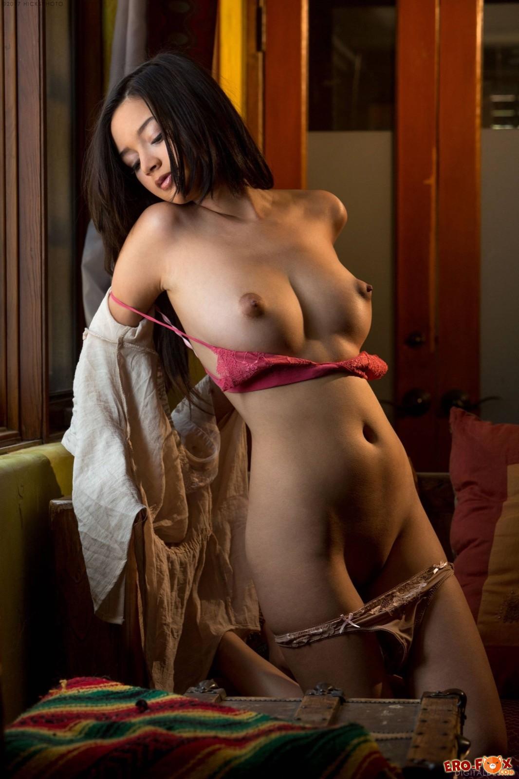 Сексапильная девушка с упругими сиськами и попкой