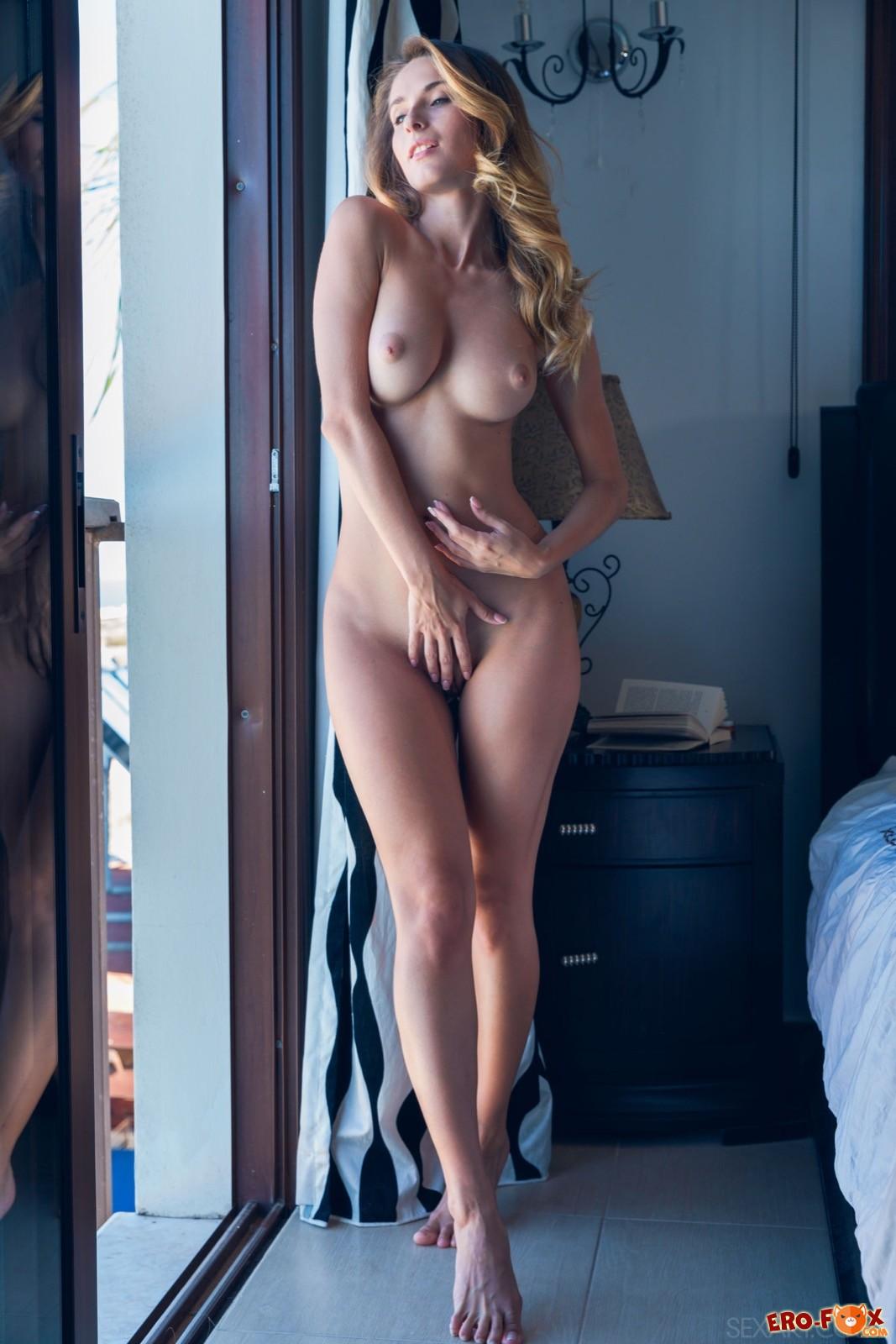 Горячая голая девушка в спальне