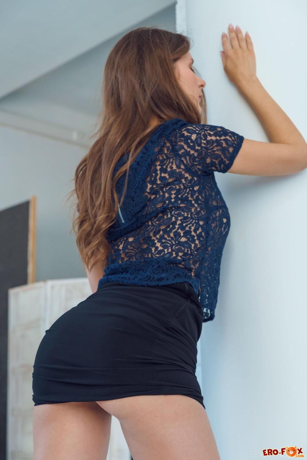 Девушка в обтягивающей юбке разделась догола