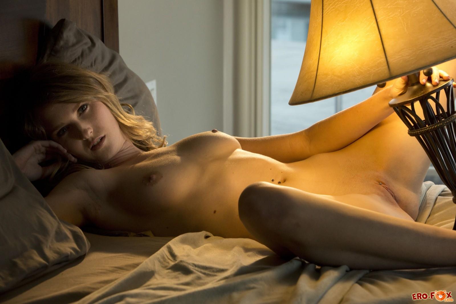 Девица разделась в спальне и показала стройное тело