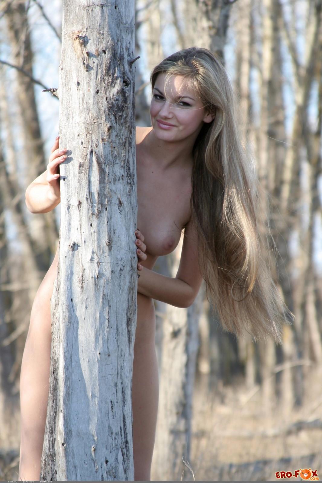 Голая девушка в сапогах эротично гуляет на природе