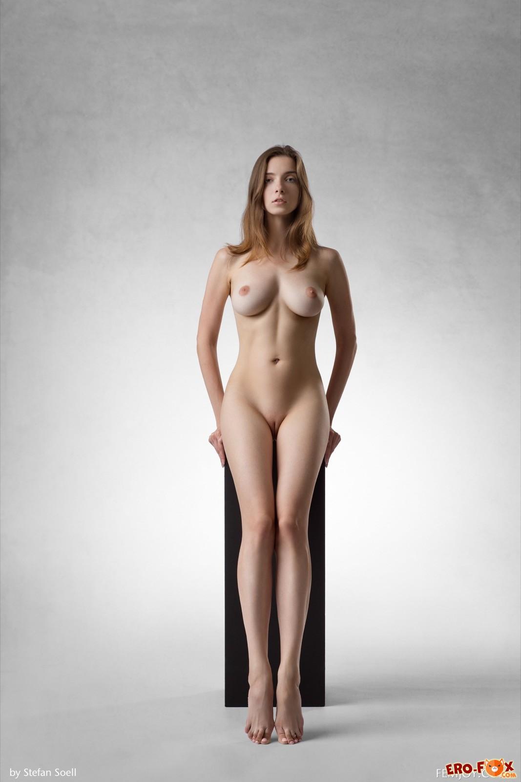 Стройная девушка с большой упругой грудью