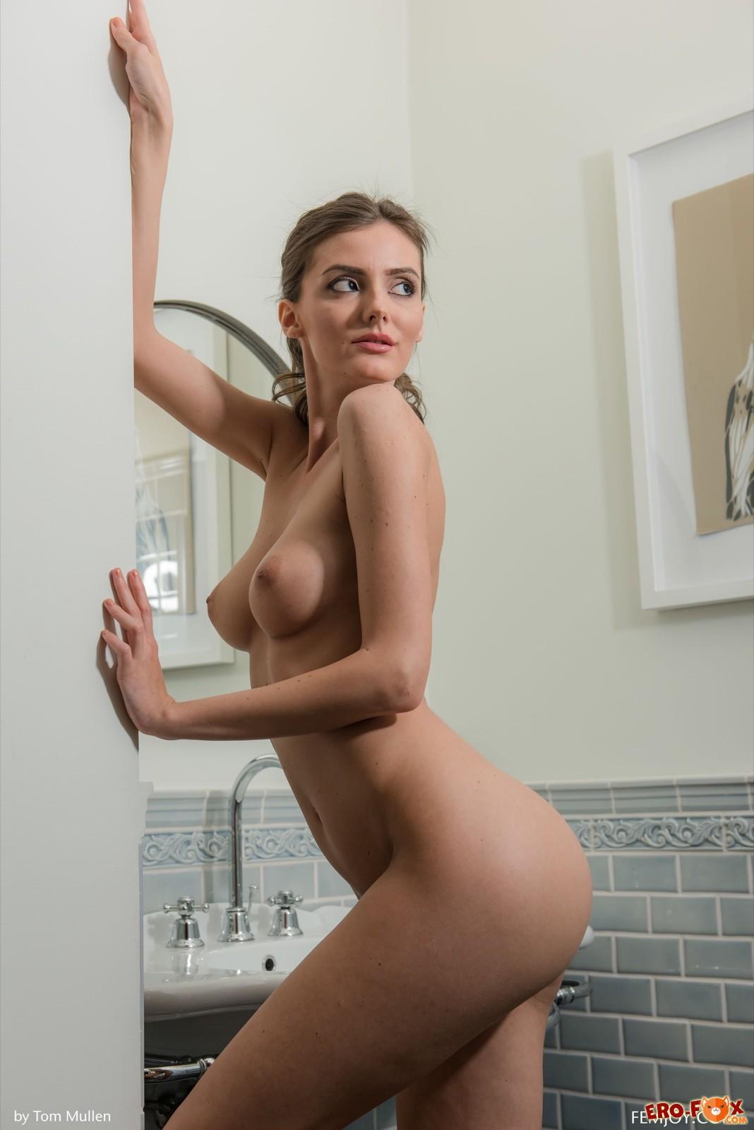 Голая девушка сняла полотенце в ванной