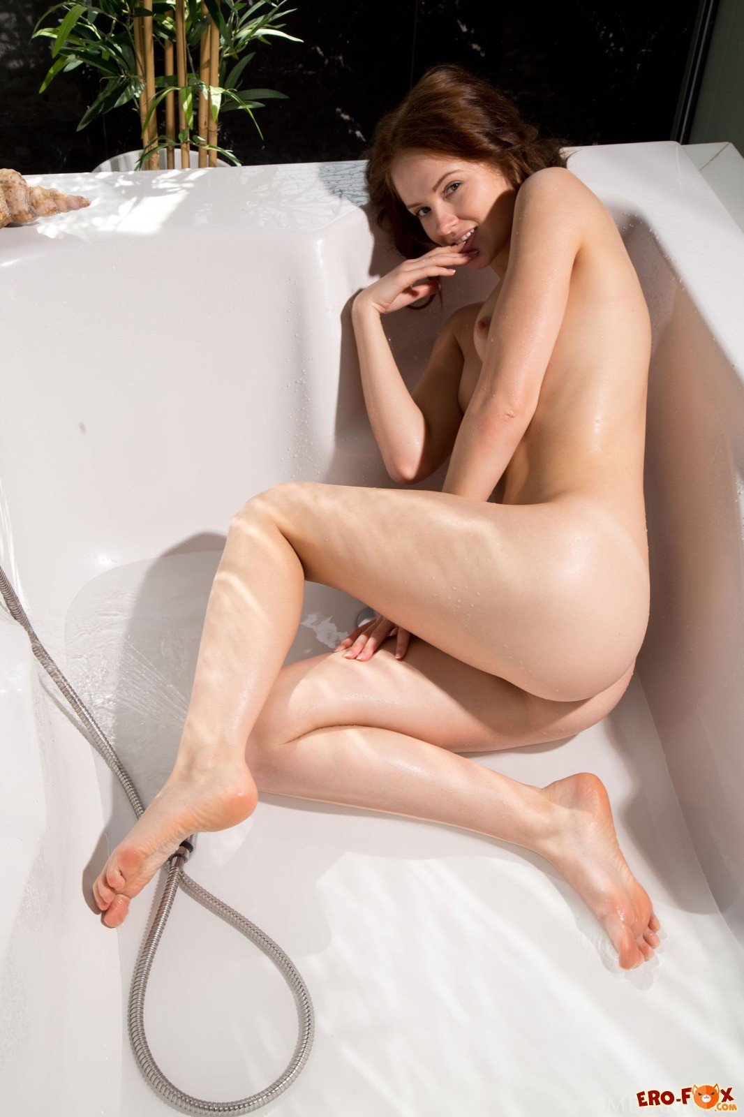 Милашка с крошечными сиськами позирует в ванной
