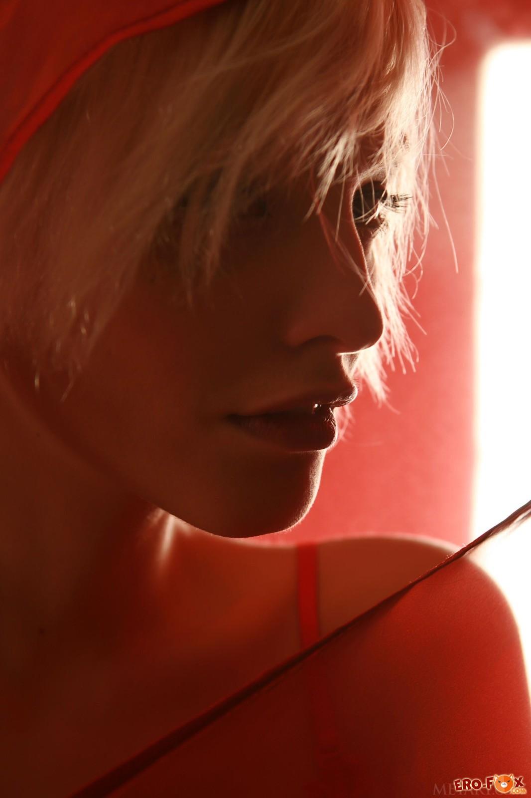 Голая блондинка с короткой стрижкой