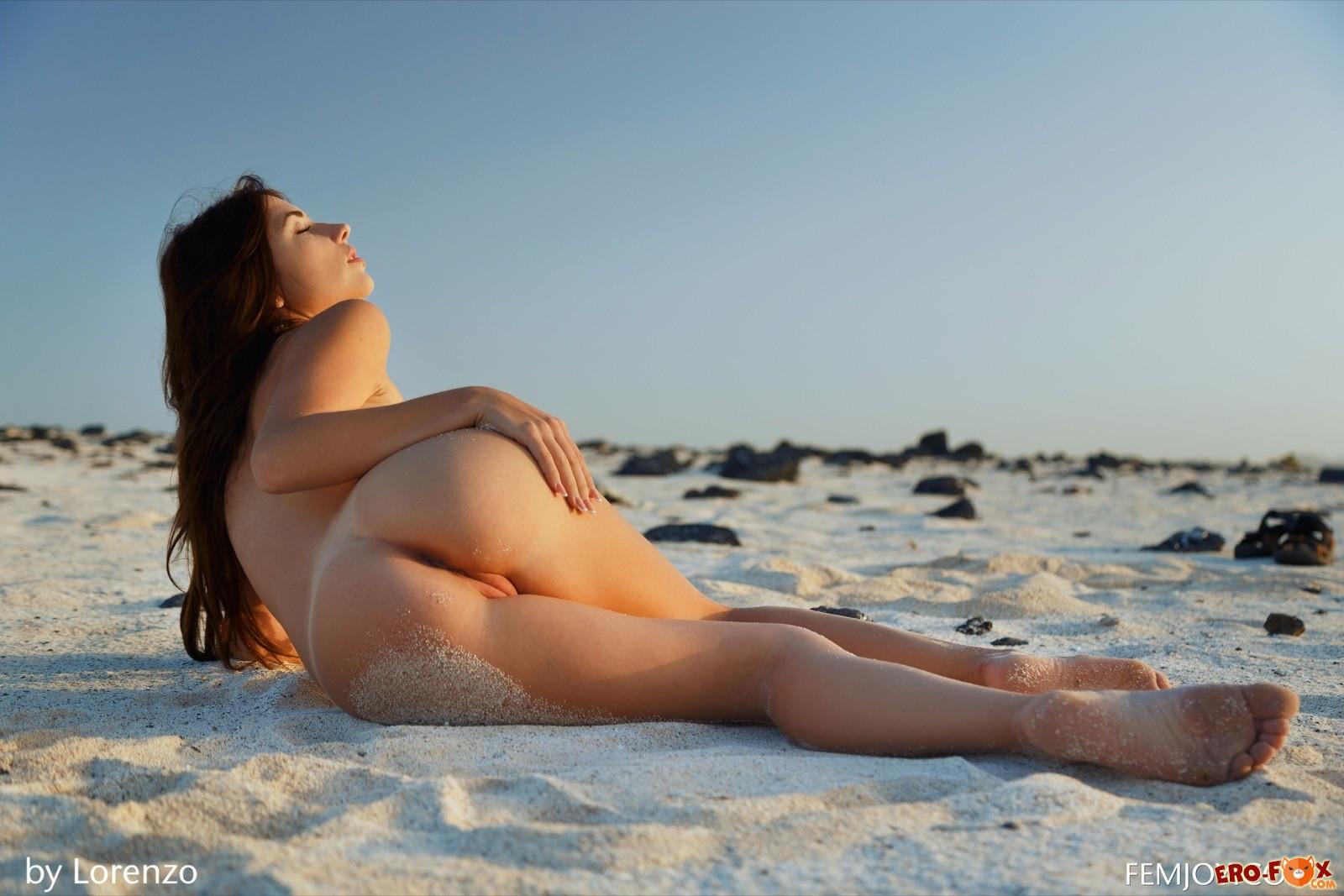 Обнаженная красавица прогуливается по пляжу