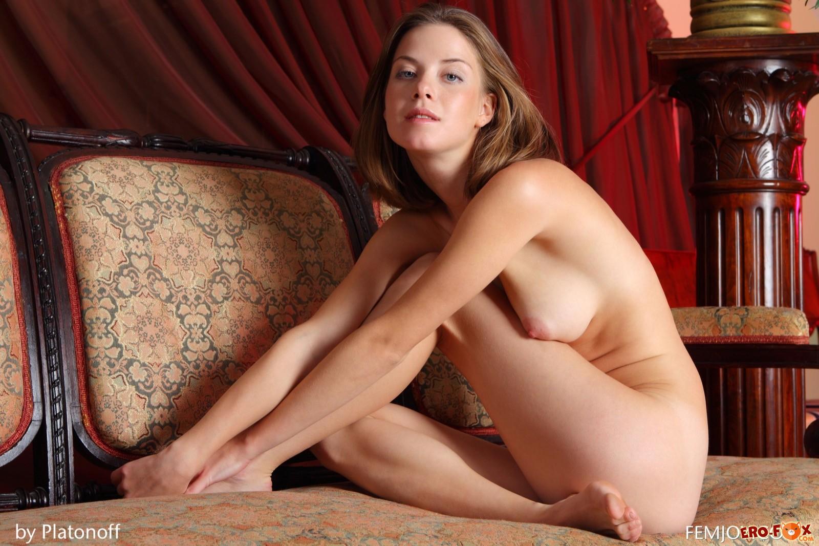 Голенькая шатенка сексуально позирует на стульях