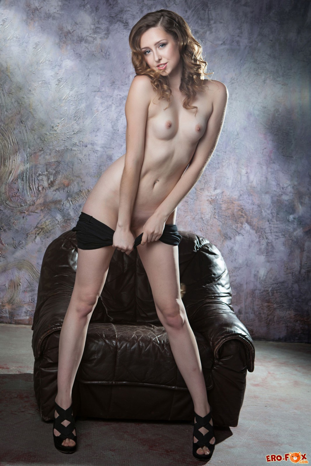 Элегантная девица сняла обтягивающее платье на кресле
