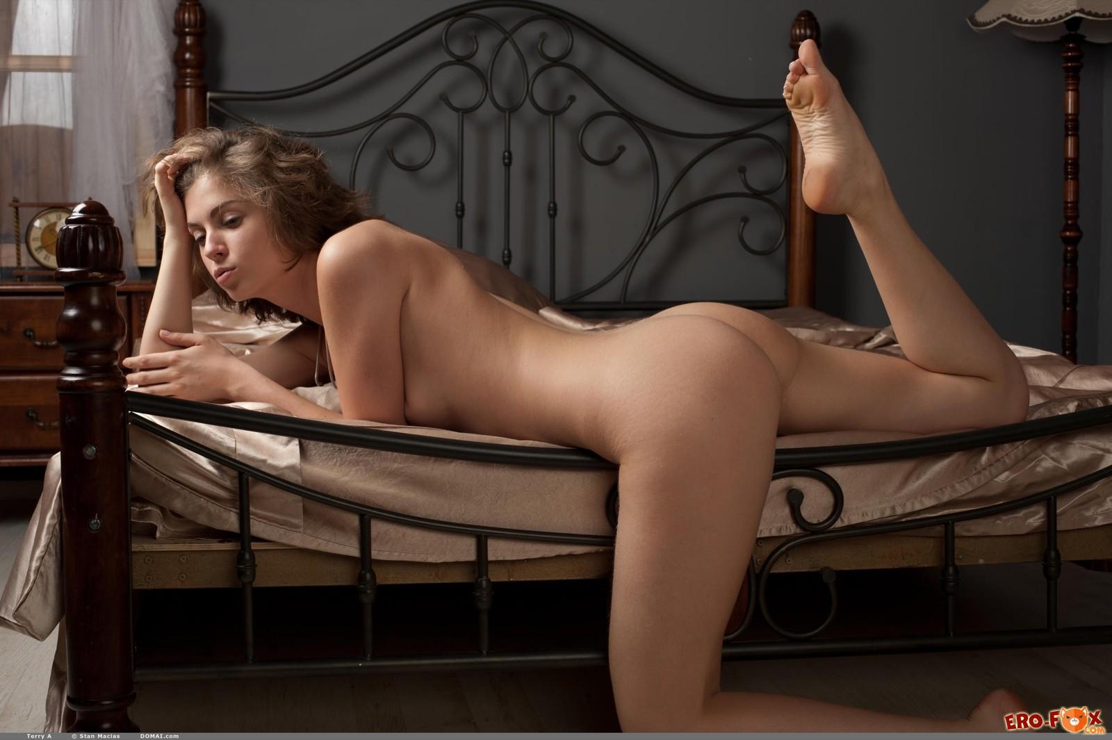 Голая девица с сексуальным телом нежится в постели