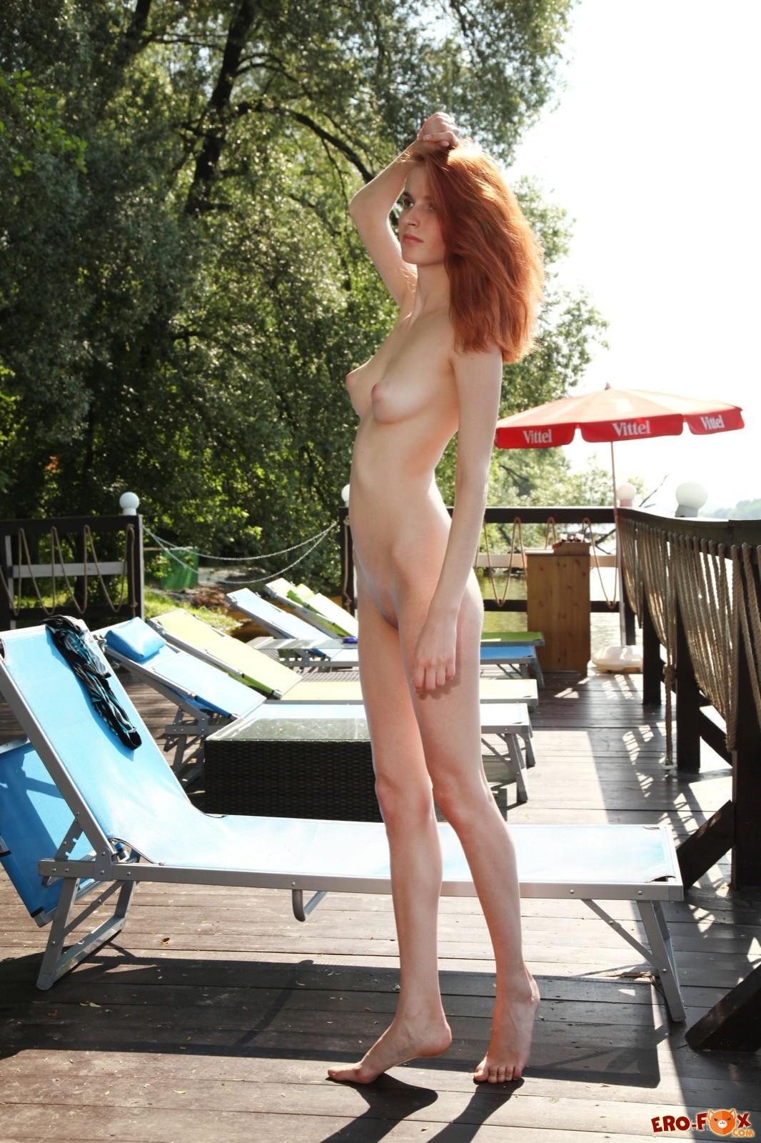Высокая рыжая девица оголила сиськи и бритую письку